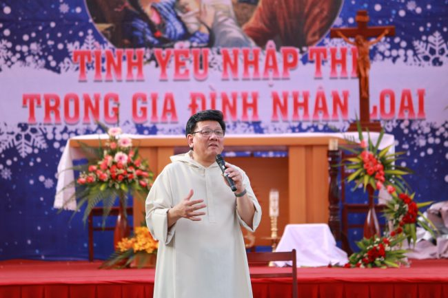 1000 students gathered with Fr. Francis Xavier Vu The Toan, SJ to take their recollection in Advent